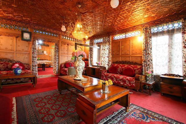 Comfy Royal Dandoo Palace Houseboat, Srinagar