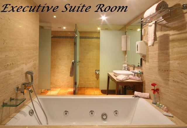 Ex_Suite_Room_No._406_-_08